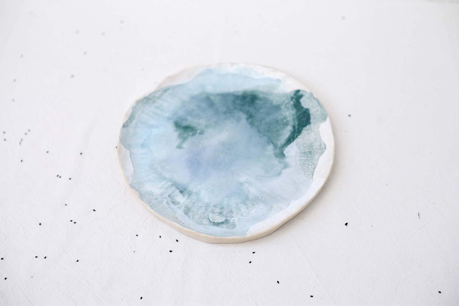 Вид спереди - Большая декоративная тарелка из керамики (Ручная работа)