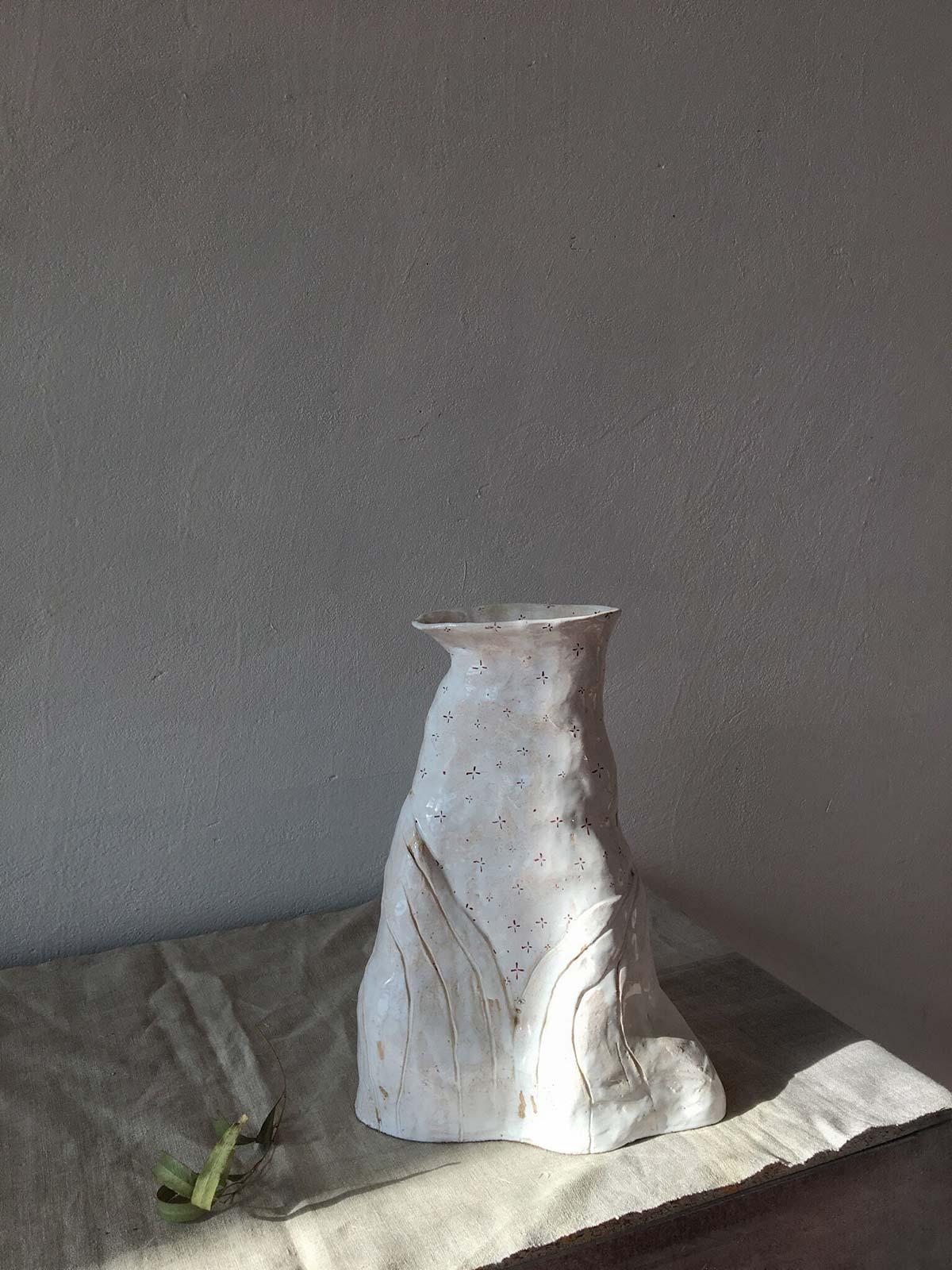 Вид сбоку - большая декоративная ваза