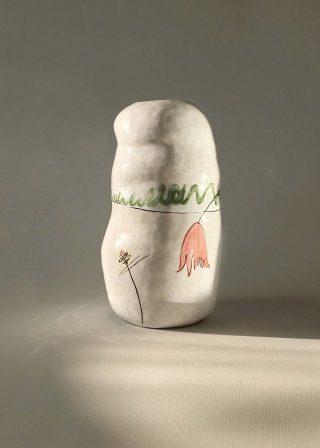 Декоративная керамическая ваза с тюльпанами