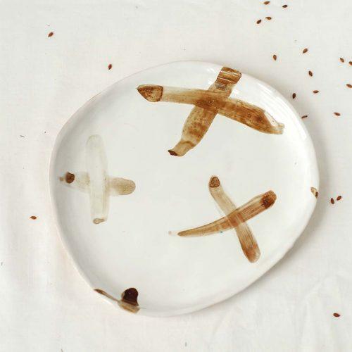 Вид спереди - Плоская тарелка из керамики (Ручная работа)