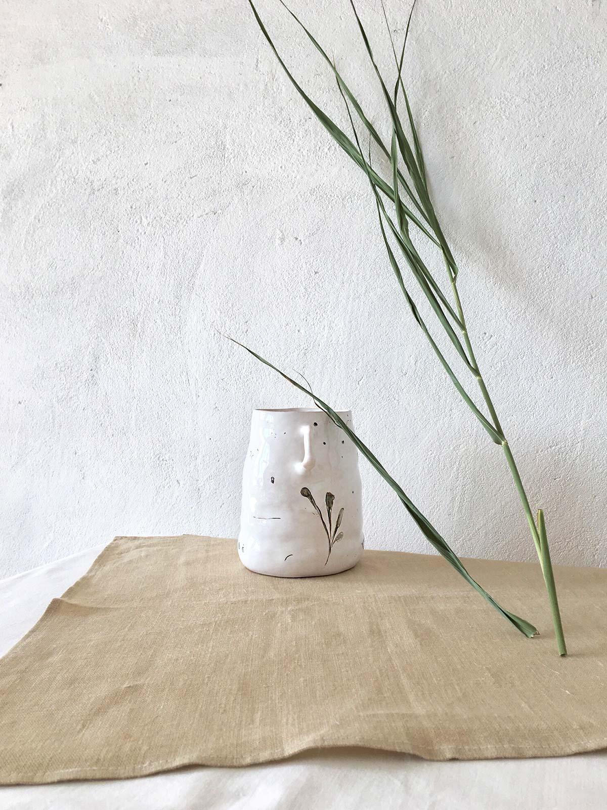 Керамический кувшин - вид сбоку