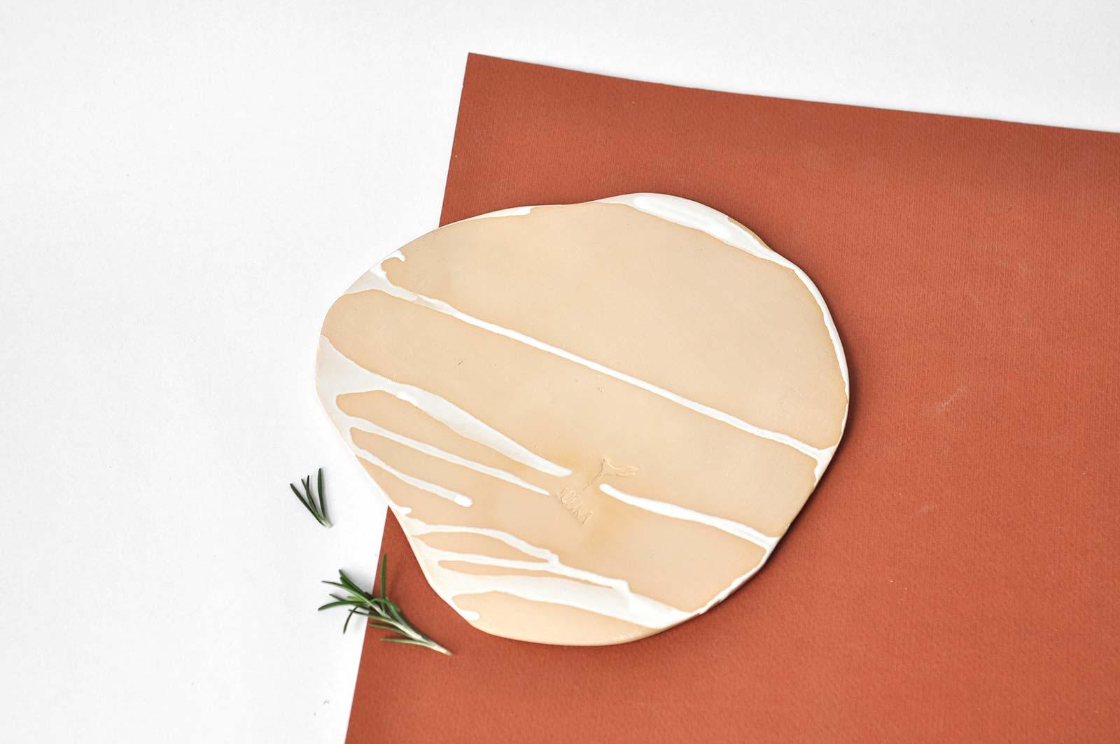 Вид сзади - Декоративная керамическая тарелка (Ручная работа)