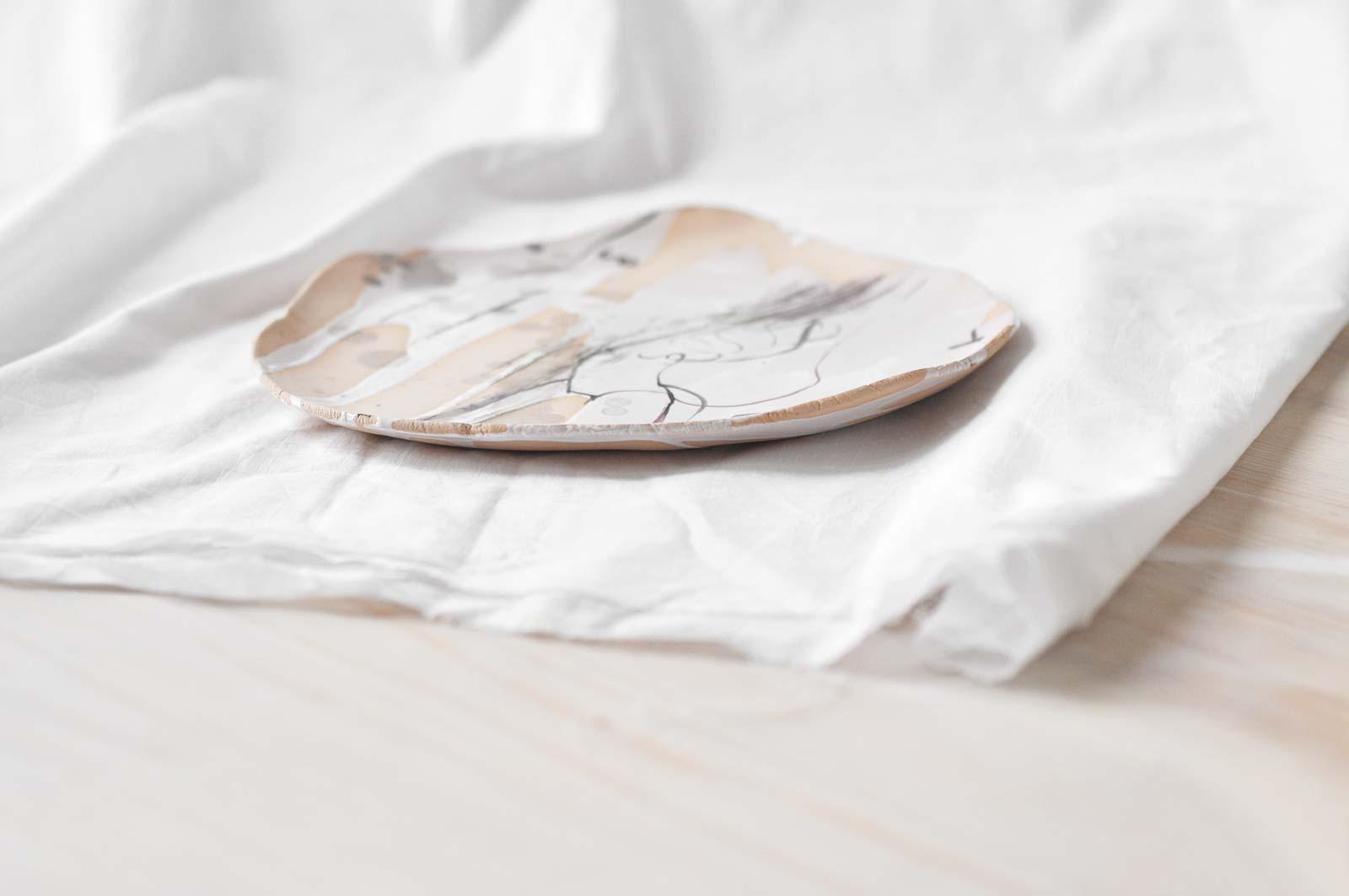 Вид сбоку - Плоская декоративная тарелка (Ручная работа)