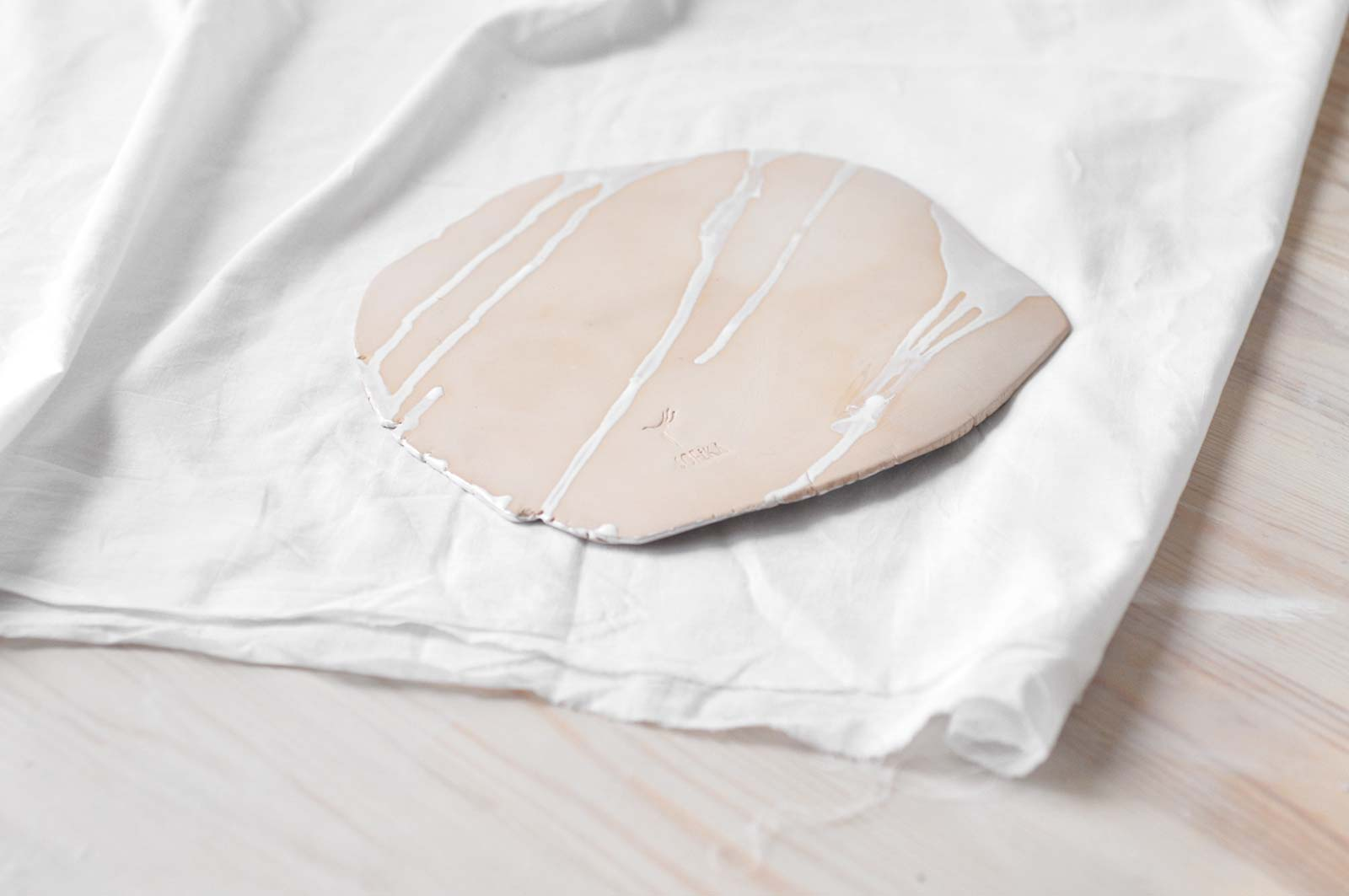 Вид сзади - Плоская декоративная тарелка (Ручная работа)