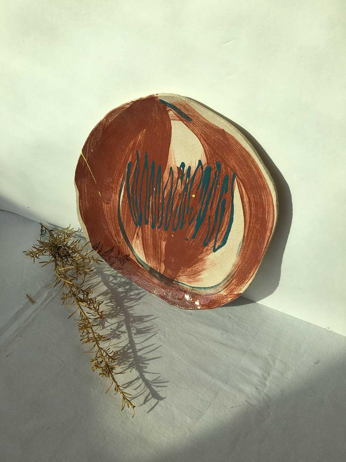 Вид спереди - Большая глиняная тарелка (Ручная работа)