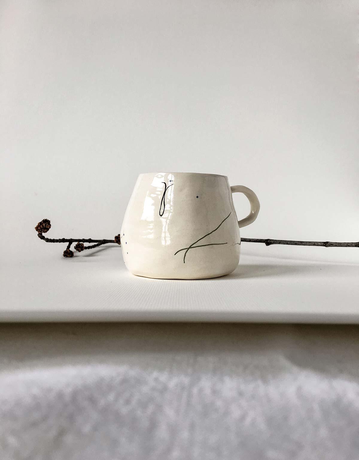Керамическая чашка ручной работы с абстрактным рисунком