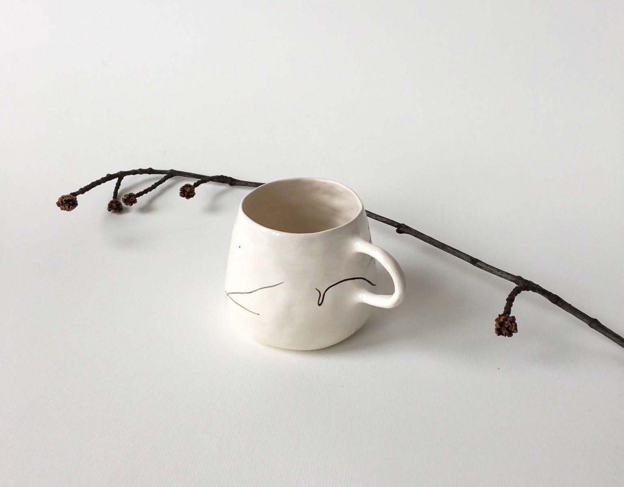 Вид сбоку - чашка с абстрактным рисунком