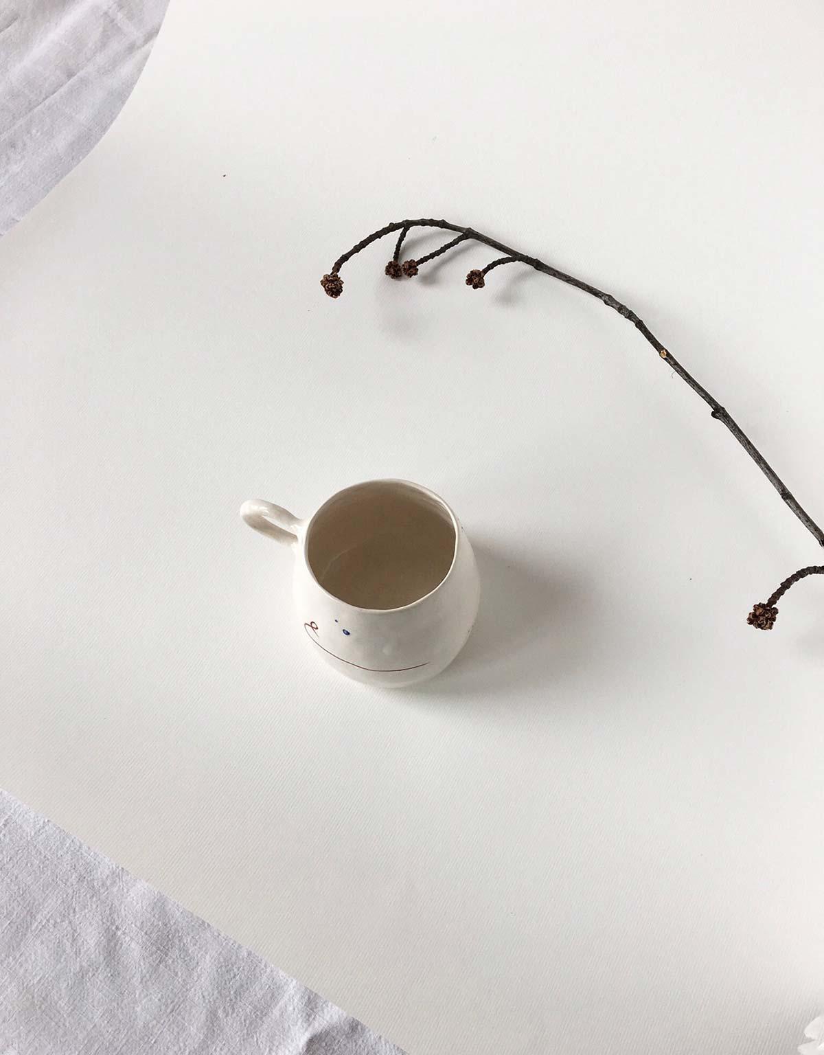 Вид сверху - чашка с абстрактным рисунком