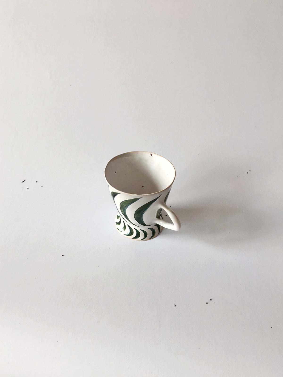Вид сверху - Чашка с зеленым рисунком