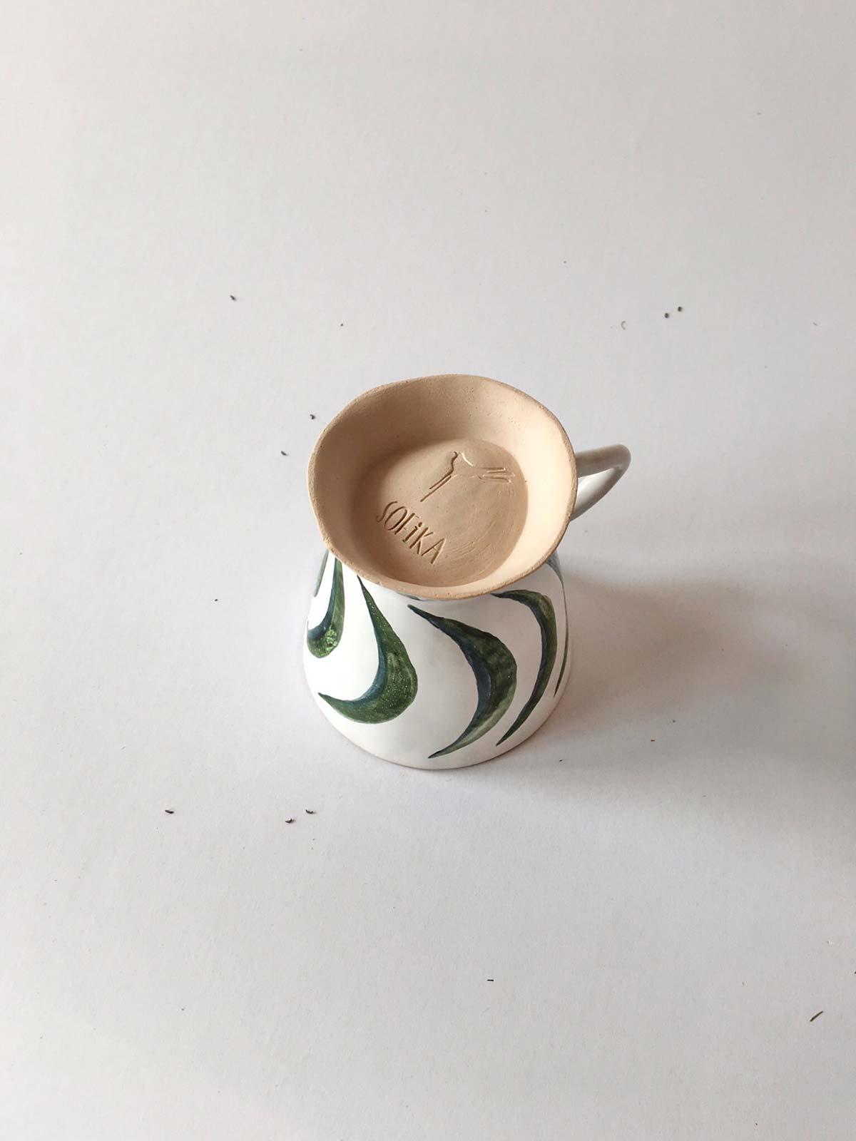 Вид сзади - Чашка с зеленым рисунком